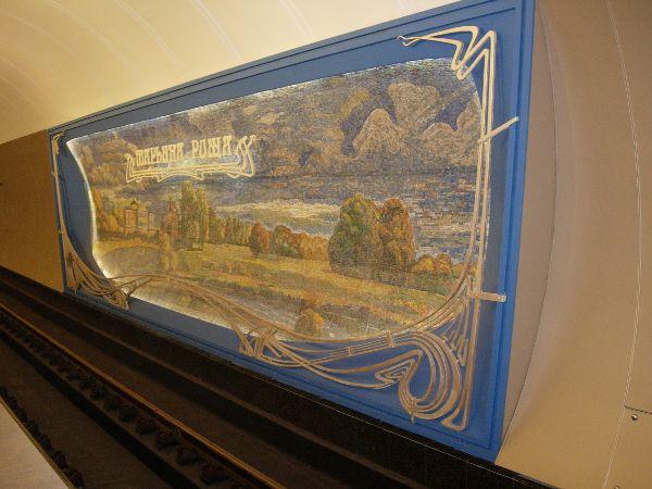 Первое, что бросается в глаза на станции метро Марьина Роща это красочные пано на стенах. прокомментировать.